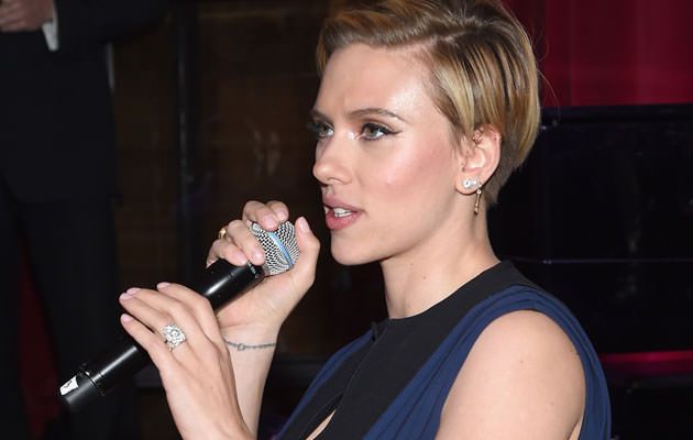 Scarlett-Johansson-Flashes-A-Thin-Diamond-Ring
